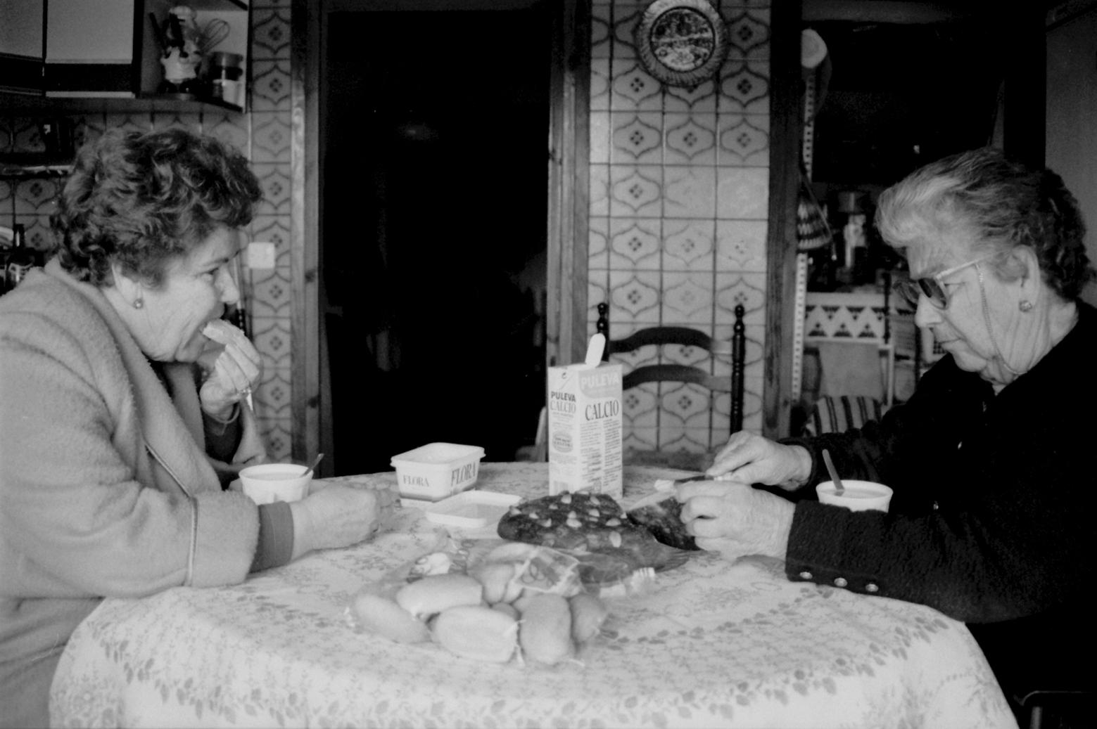 Nannen y Fina desayunando.